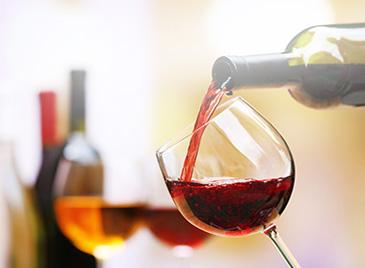 Flesje wijn geven